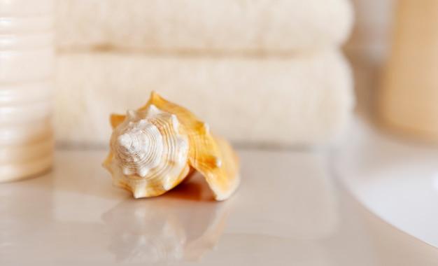 Cockleshell en bath witte katoenen handdoeken en keramische fles