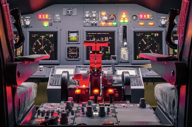 Cockpit van een zelfgemaakte vluchtsimulator - concept van de ontwikkeling van de ruimtevaartindustrie