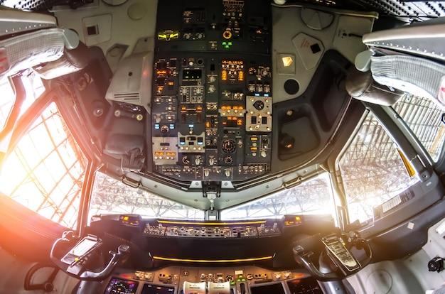 Cockpit-weergave van het vliegtuig op het bedieningspaneel.