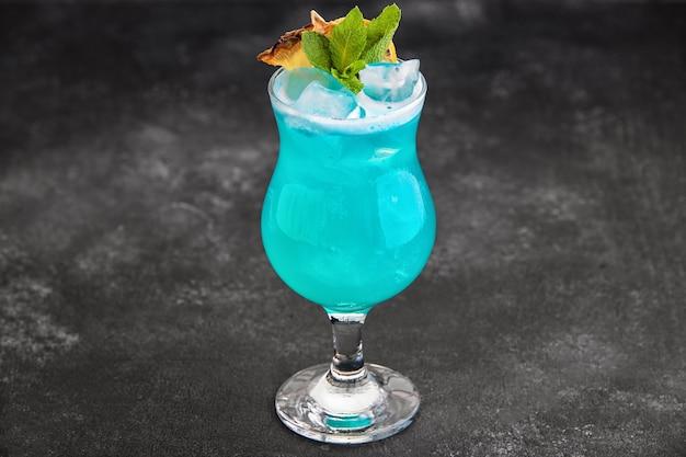 Cocktail blauwe lagune zonder entourage op een donkere achtergrond