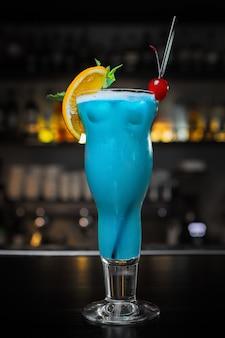 Cocktail blue lagoon, aan de bar
