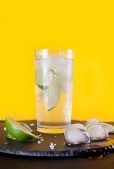 Cocktail caipirinha met ijs en limoen.