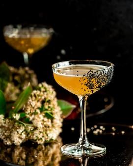 Cocktail fruitcocktail met klaproos topping