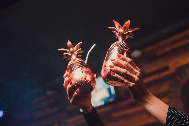 Cocktail, gouden faberge, tegen de achtergrond van de bar, interessante portie drankjes.