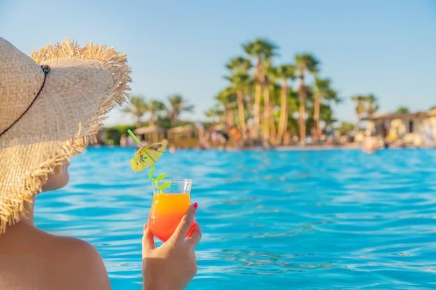 Cocktail in de handen van een vrouw.