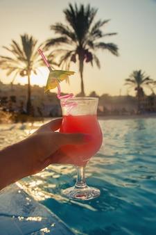 Cocktail in de handen van een vrouw