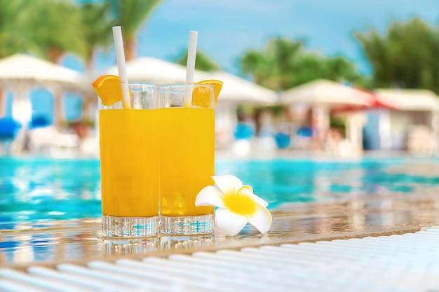 Cocktail in een glas bij het zwembad en fruit