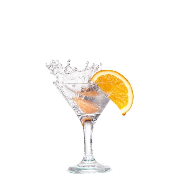 Cocktail in een martiniglas op een witte achtergrond met fruit