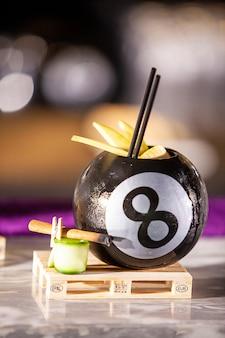 Cocktail in een poolbal of barteller. vers drankje
