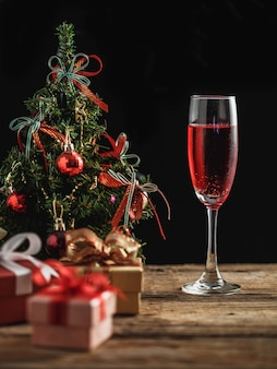 Cocktail in eerste kerstdag op houten tafel