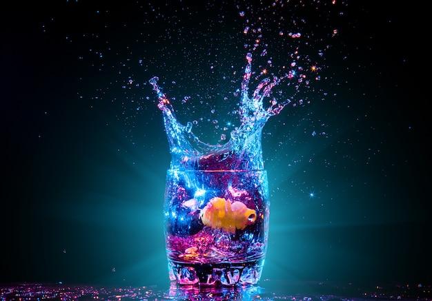 Cocktail in glas met spatten