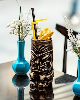 Cocktail in maya foto cup op tafel