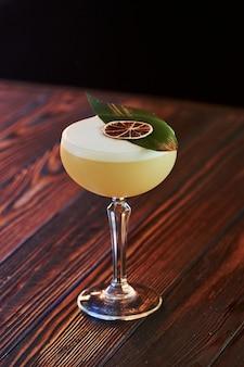Cocktail is klaar. op de houten tafel in de nachtclub. leuke verlichting.