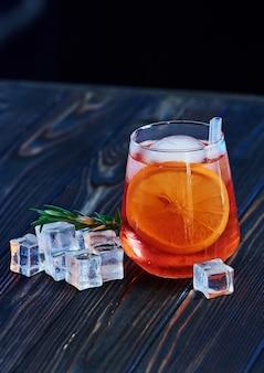 Cocktail is klaar. op de houten tafel in de nachtclub.