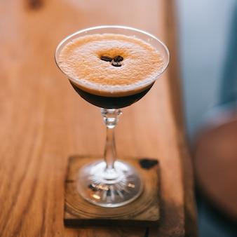 Cocktail martini-koffie en koffiebonen bovenop