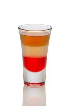 Cocktail met champagne, bier en alcoholische drank in geschoten glas dat op wit wordt geïsoleerd.