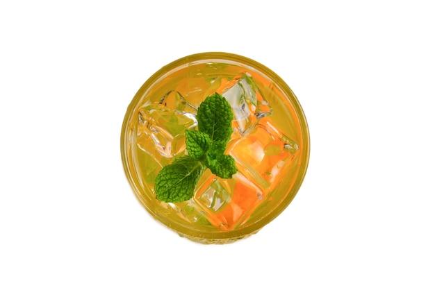Cocktail met citroen en munt op een witte achtergrond. ruimte kopiëren.