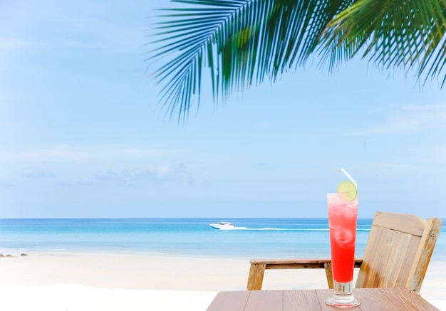 Cocktail met een hemelse mening over paradijseiland. strand en mooie overzeese achtergrond in de zomer.