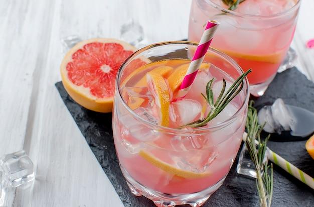 Cocktail met grapefruit slice op een houten tafel
