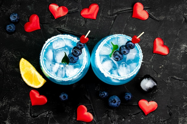 Cocktail met ijs, blue curacao en bosbessen
