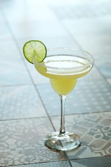 Cocktail met limoenplak