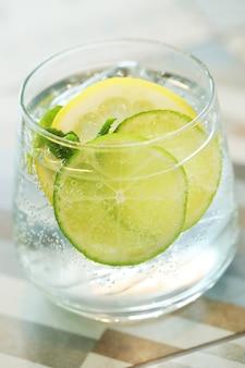 Cocktail met limoenplakken