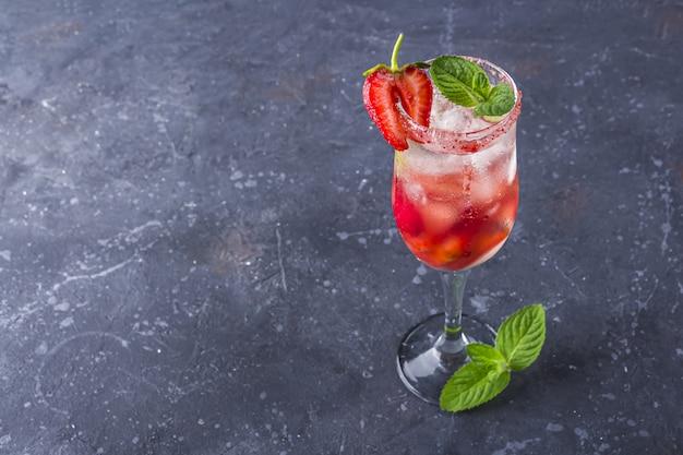 Cocktail met mousserende wijn, aardbei in champagneglas