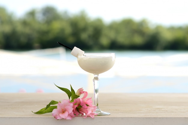 Cocktail met munt en ijs in een glazen tuimelaar. met bloem- en fruitdecor