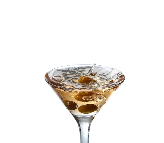Cocktail met olijfplons op wit wordt geïsoleerd dat