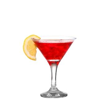 Cocktail met plons en limoenplak op wit wordt geïsoleerd dat