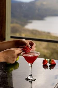 Cocktail met rode aardbei