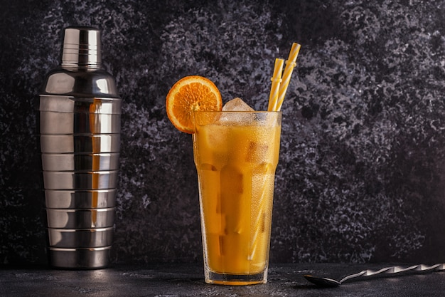 Cocktail met sinaasappelsap en ijsblokjes