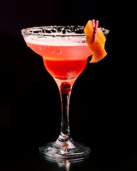 Cocktail met sinaasappelschil