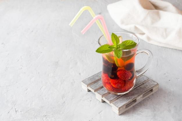 Cocktail met zwarte bessen, aardbei, munt en limoen. koel zomerdrankje.