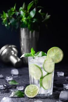 Cocktail mojito of limonade met limoen, munt en ijs. concept verse zomer drankjes