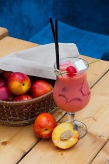 Cocktail op basis van perzik, room met honing en marshmallows