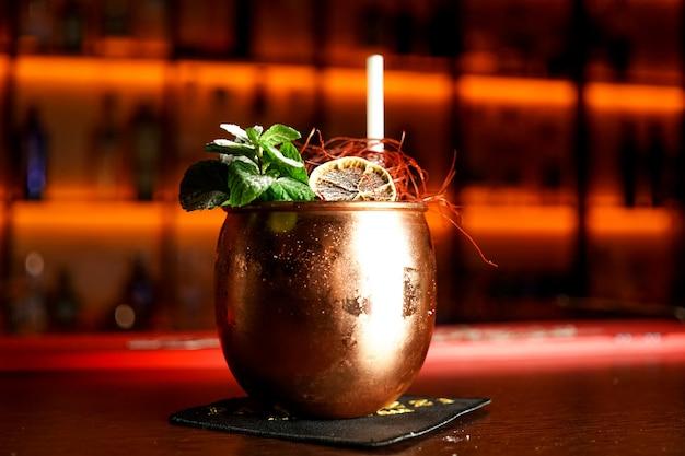 Cocktail op een restaurantlijst