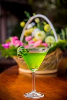 Cocktail op tafel. moderne bar en restaurant.
