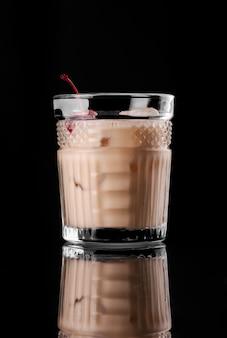 Cocktail op zwarte achtergrond menu-indeling restaurant bar wodka wiskey tonicum oranje rum mil