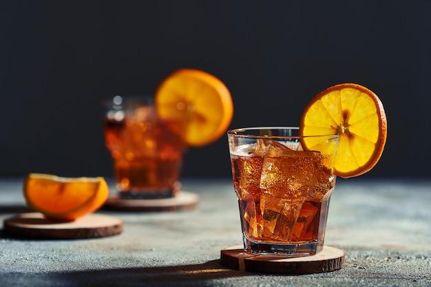 Cocktail ouderwets met hard licht en harde schaduwen.