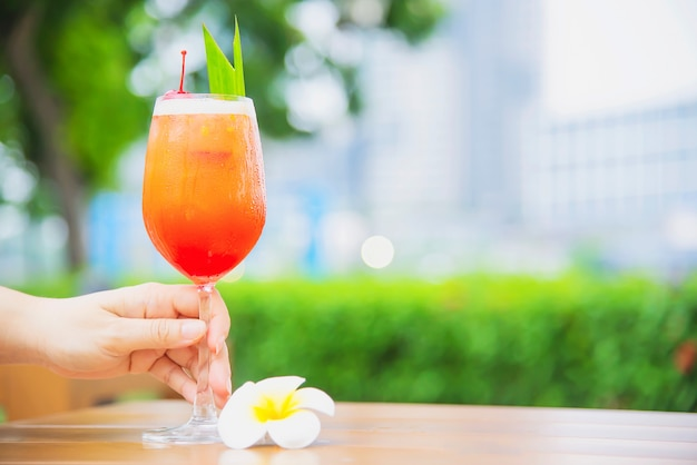 Cocktail receptnaam mai tai of mai thai wereldwijde cocktail onder meer rum limoensap orgeatsiroop en sinaasappellikeur - zoete alcoholische drank met bloem in tuin relax vakantie concept