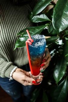 Cocktail regenboog rum liquer sap wijn zijaanzicht