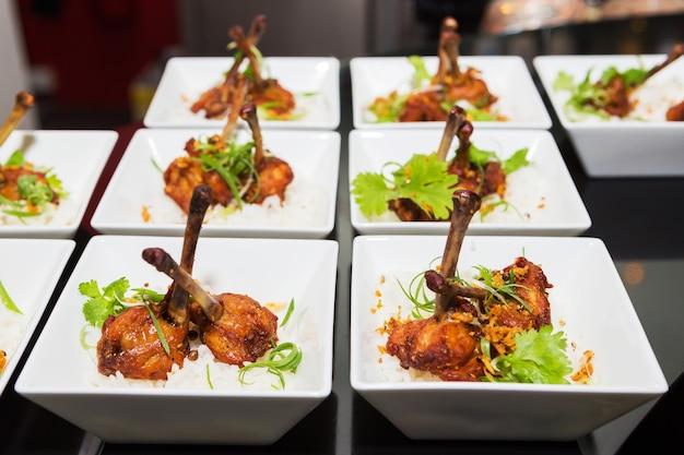Cocktail, rijst met gebakken kip