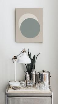 Cocktail shakers op een tafel onder een frame mobiel behang