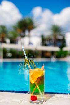 Cocktail tegen het blauw van het zwembad