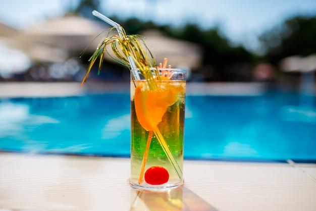 Cocktail tegen zwembad