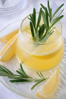 Cocktail tonic en citroensap