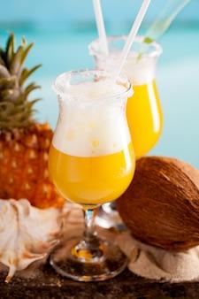 Cocktail van ananas, rum, likeur