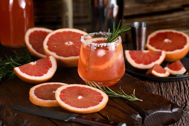 Cocktail van verse roze paloma