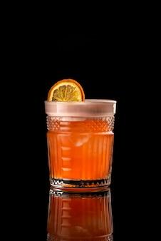 Cocktail zwarte achtergrond menu-indeling restaurant bar wodka wiskey oranje citroen whiskey dr